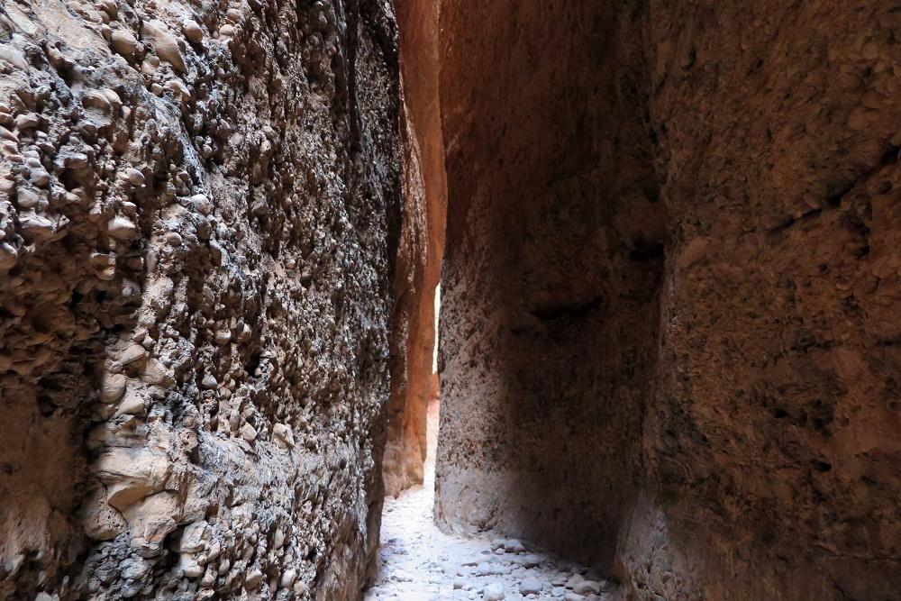 探検家になった気分で岩の割れ目へ!「エキドナ・キャズム」