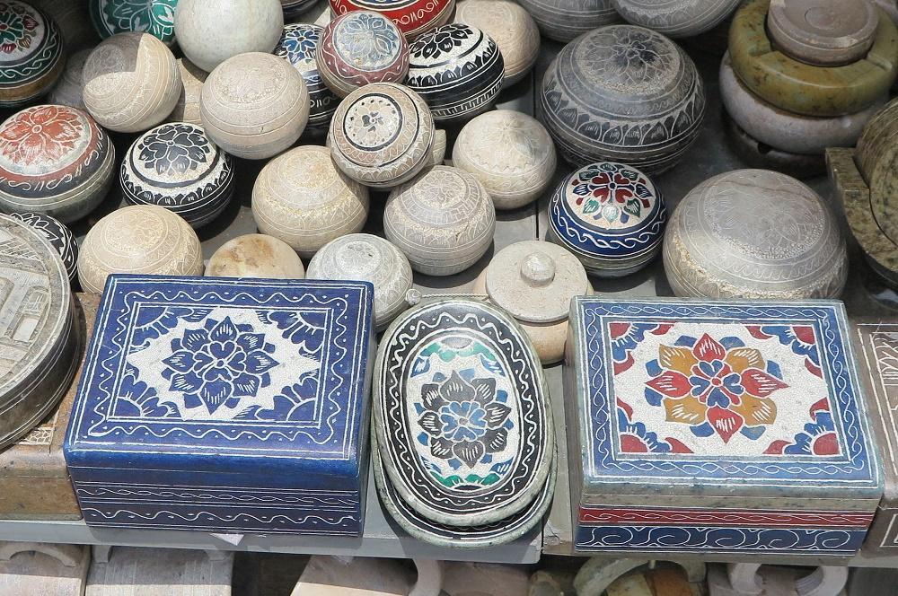 石細工の民芸品が並ぶ屋外マーケット