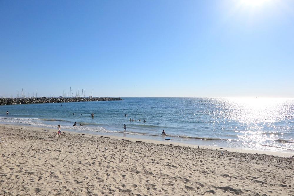 美しいインド洋を望むビーチでリラックス