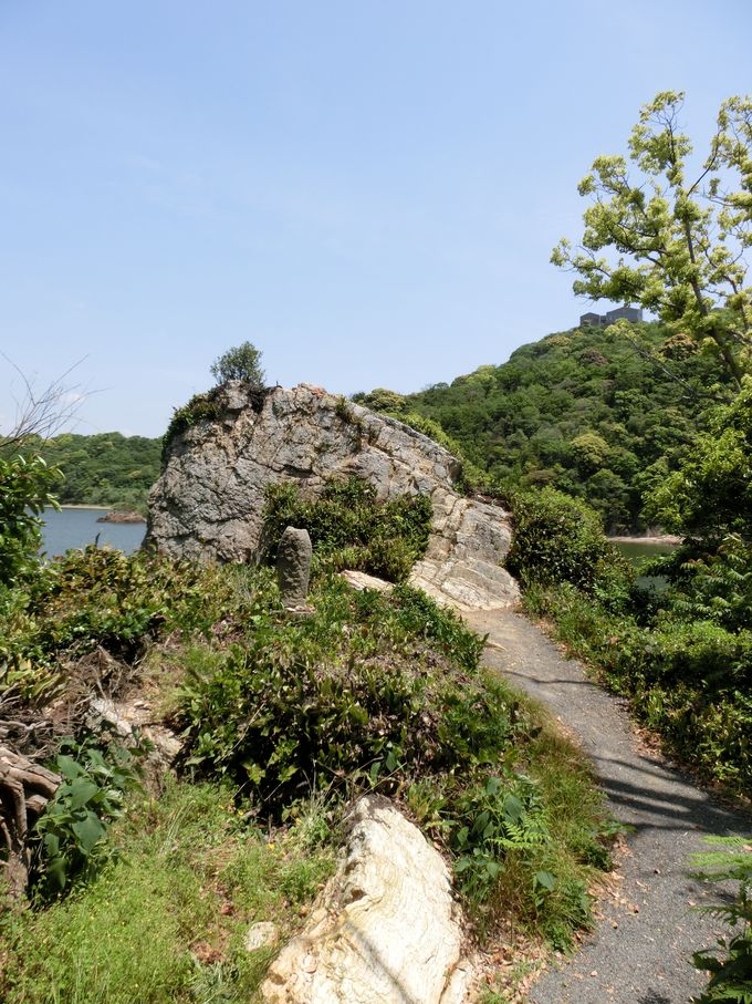 西行法師にならって岩の上で一休み。足を休ませ「舘山寺温泉」を「手」で楽しむ方法