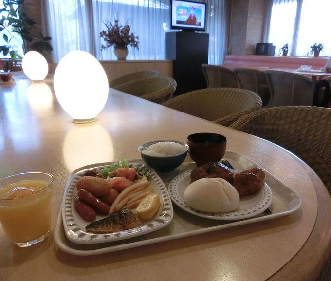花や観葉植物で飾られたレストランで朝食を