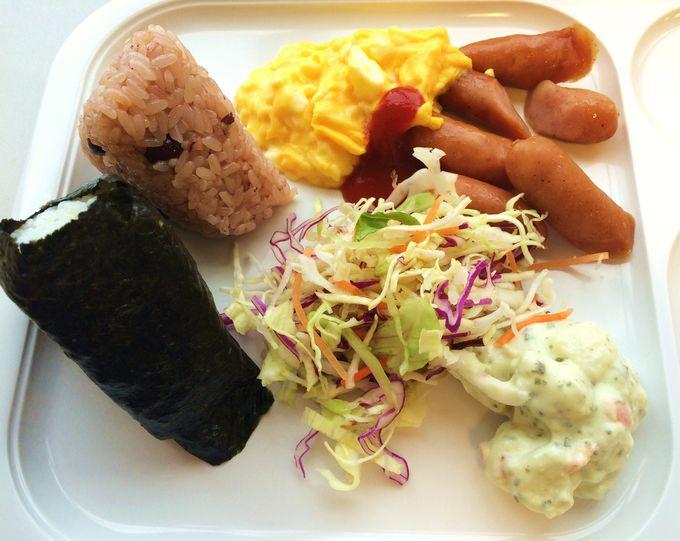 豊富なメニューの「無料朝食バイキング」