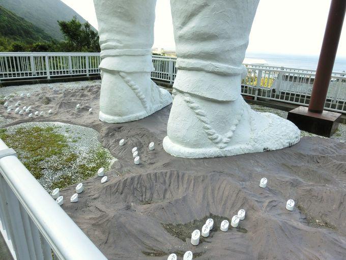 「青年大師像」の足元には四国八十八ヶ所巡礼の地。
