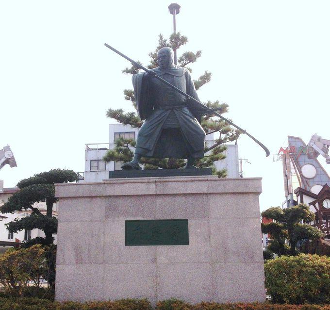 駅前には巨大な「武蔵坊弁慶像」