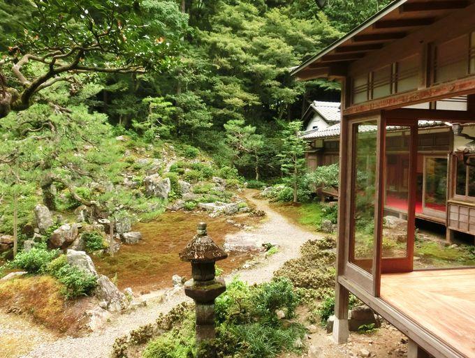 枯山水庭園の「石組み」と四季の彩り