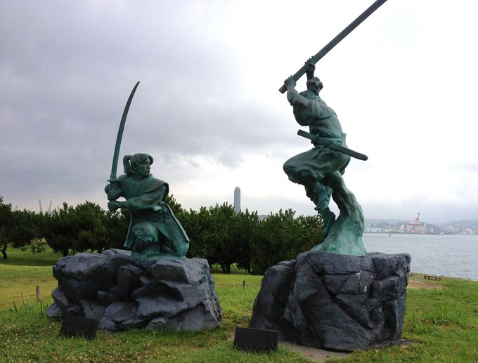 宮本武蔵と佐々木小次郎・二人の像の完成時期。やはり遅れたのは・・・。