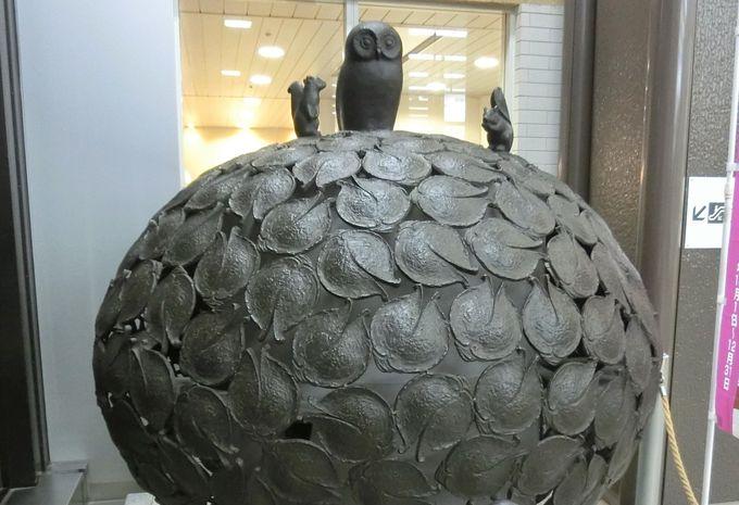 「フクローの樹」盛岡駅構内・鈴木貫爾による南部鉄器製