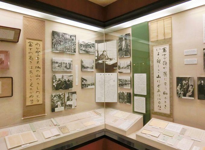 展示品には、直筆原稿や学生時代の成績表も