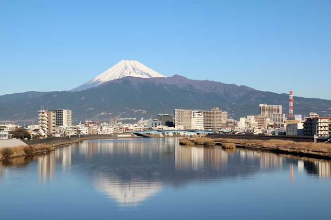 """湖ではなく川の水面に煌めく""""逆さ富士"""""""