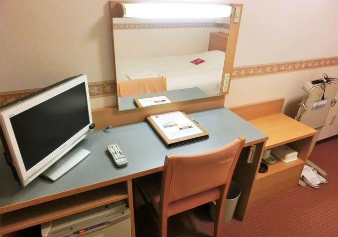 各種の設備が整った1階フロアと客室内