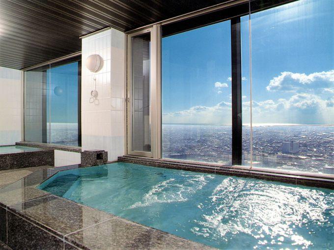 昼に、夜にと景観を楽しみながら利用できる展望浴場