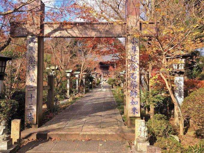 秋には紅葉に彩られる境内