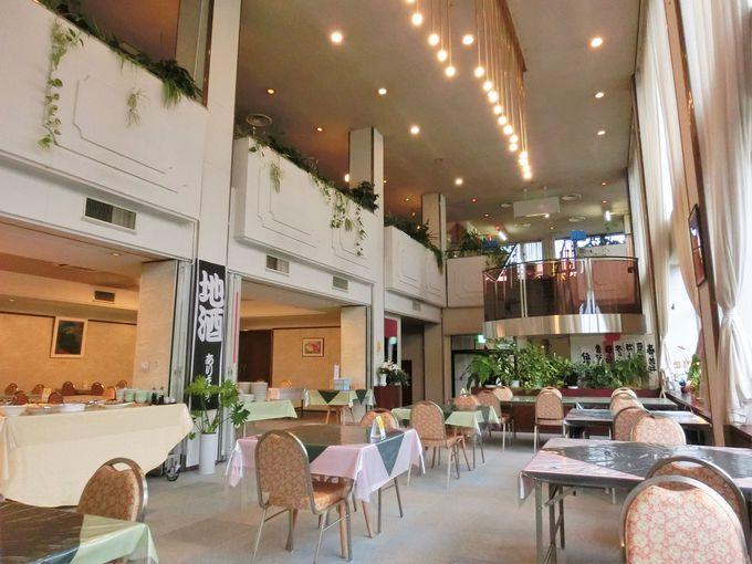 吹き抜けの食事会場・1階のレストラン