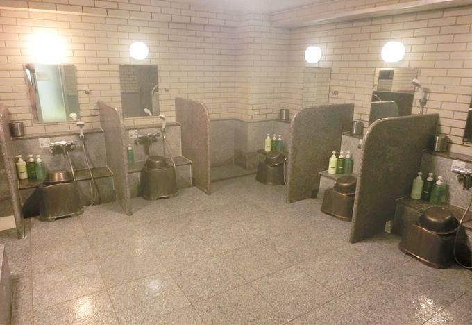 間仕切りの付いた快適な洗い場