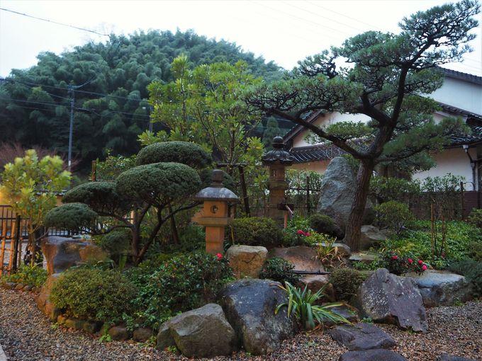 食事会場のホールと風情のある中庭