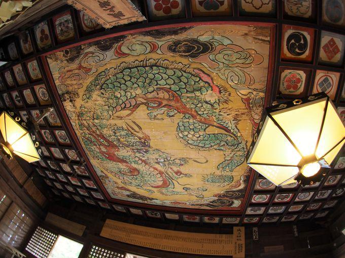 """天井に描かれた極彩色の""""鳴き龍"""""""