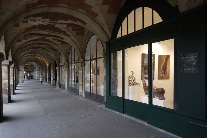 ヴォ—ジュ広場北側にはコンテンポラリーなアートギャラリーが