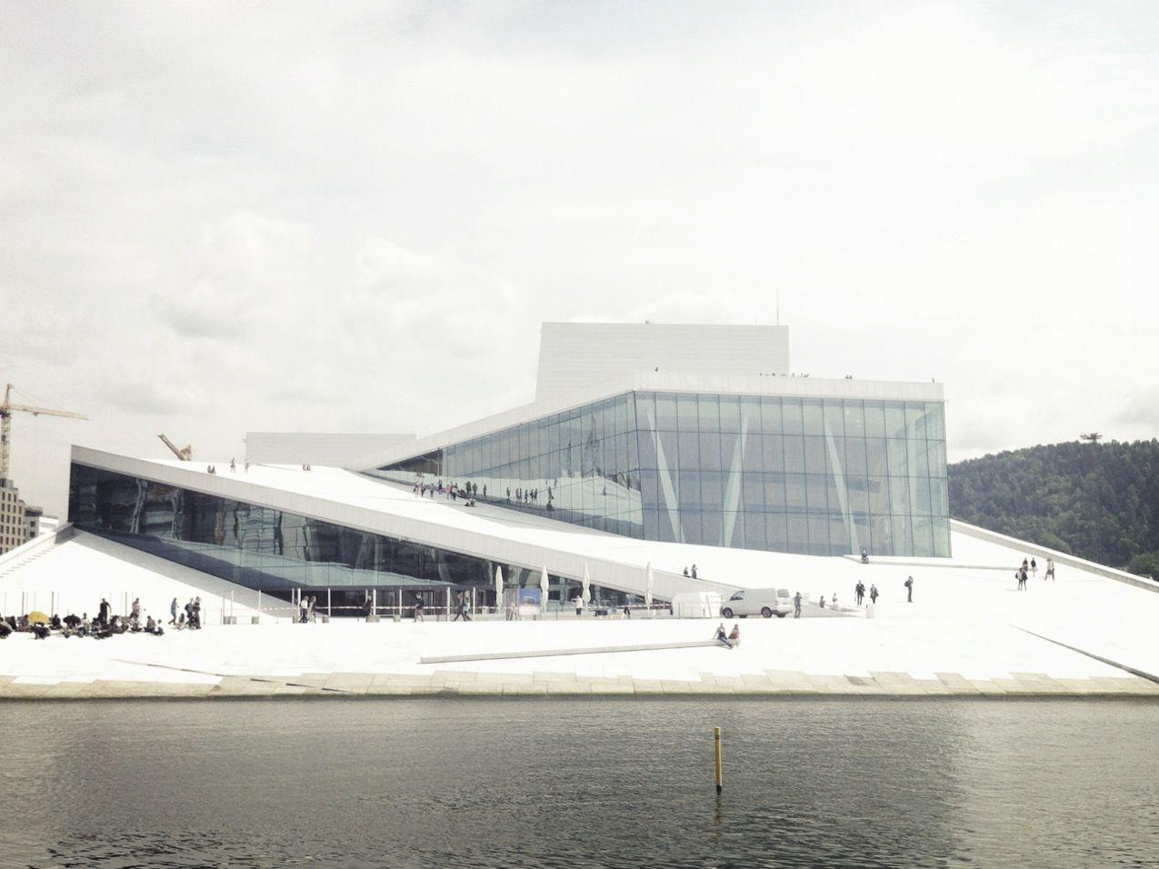 斬新なデザインのオスロオペラハウス