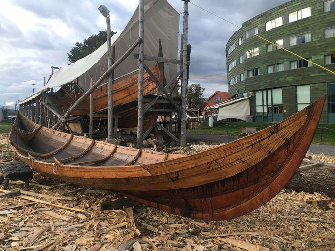 昔ながらの手法で作られるバイキング船