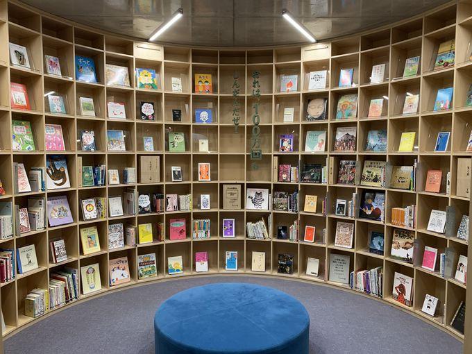 本棚は3フロア分の壁いっぱいに