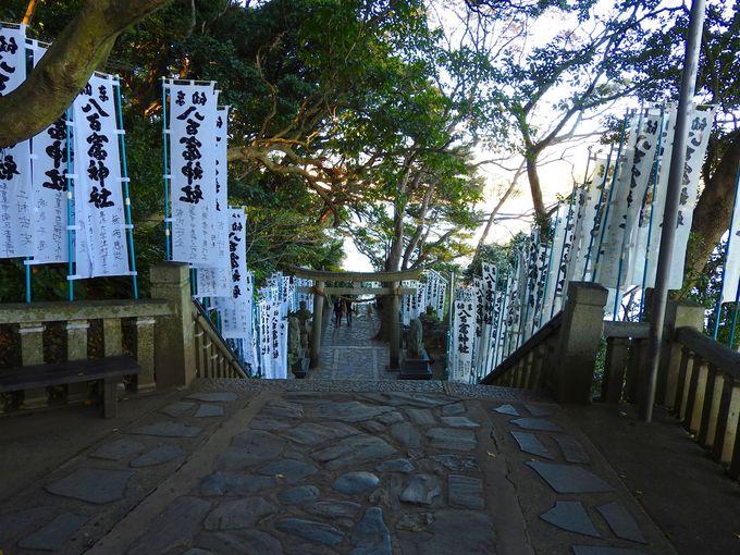 天然記念物の自然林に包まれた八百富神社
