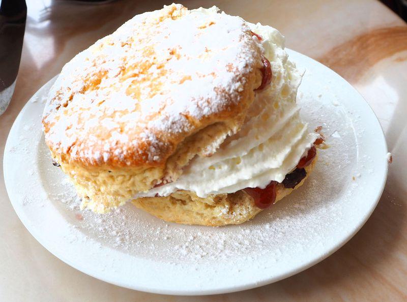 ボウネス・ピア1番のカフェでクリームとジャムのスコーン!