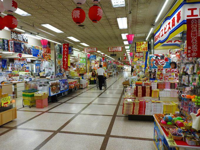 両津港にあるお土産物街「シータウン商店街」