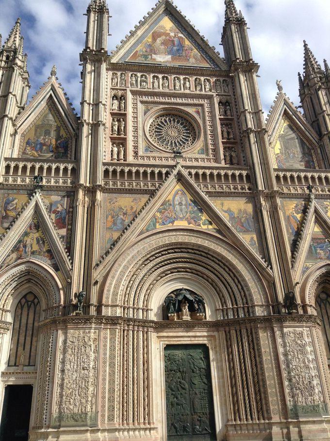 壮大なゴシック建築のドゥオーモ
