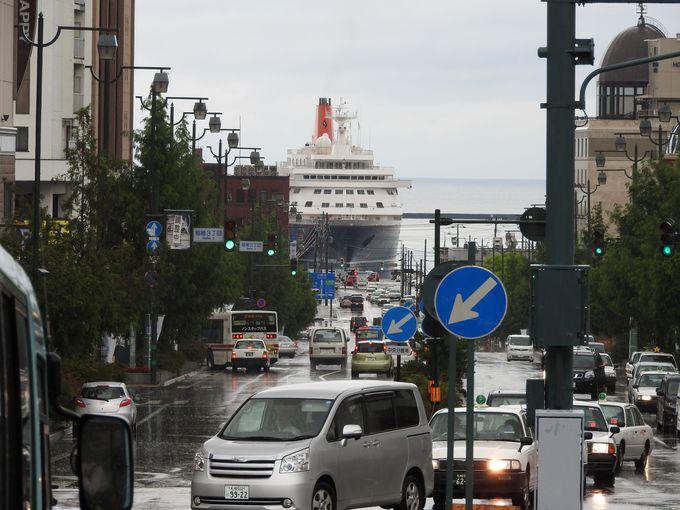小樽駅からクルーズ船が見える小樽港の風景