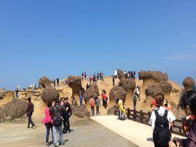 台湾・野柳、キノコのような奇岩「女王頭」の記念写真に大行列!