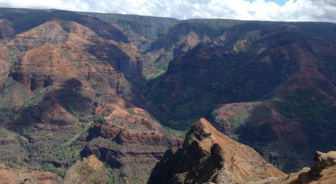 赤土と緑の渓谷はグランドキャニオンにも負けない