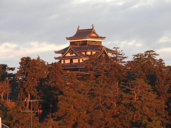 国宝松江城の朝日、夕日、夜景の3つの景色が楽しめる!