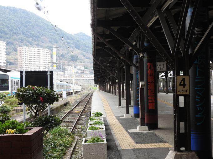 帝冠式の門司港駅舎は大改修中でカバーの中
