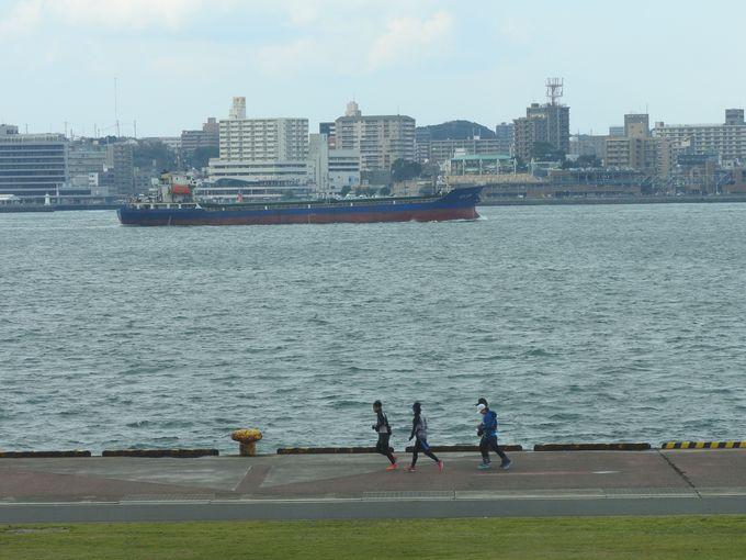 「海峡ドラマシップ」から関門海峡を眺め、くつろぐ