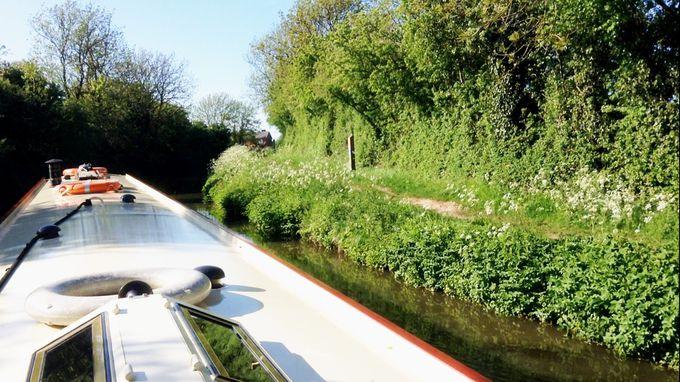 運河沿いのトウパスは英国カントリーサイド