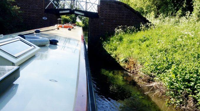 左右2.5〜5センチの隙間で橋を通り抜けるスリル!