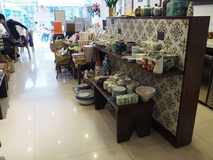 店内はベトナム土産や情報満載、安南ラスクも