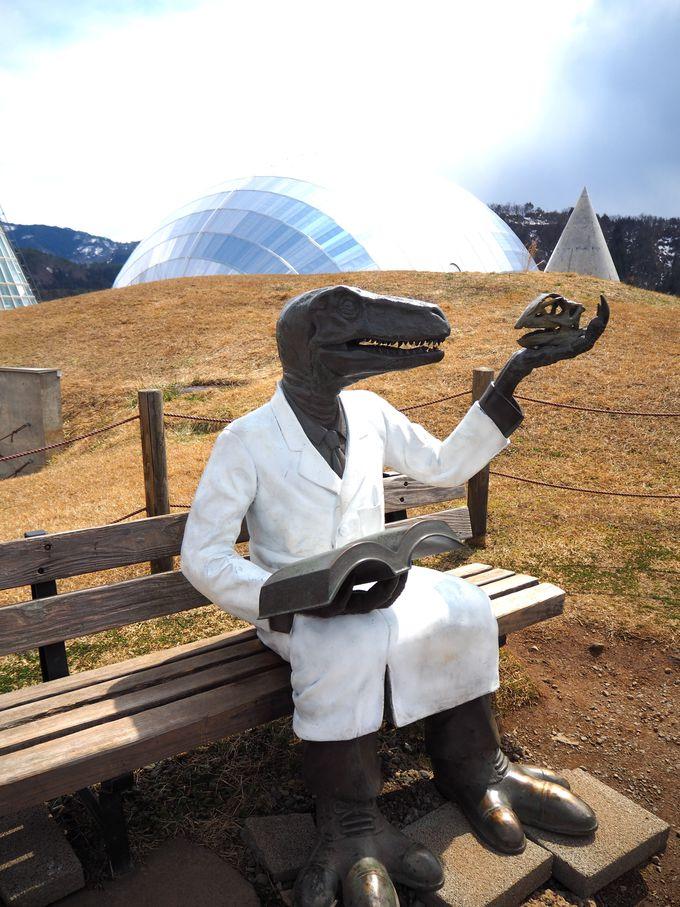 屋上に座る恐竜博士は最後に寄りたい撮影ポイント!