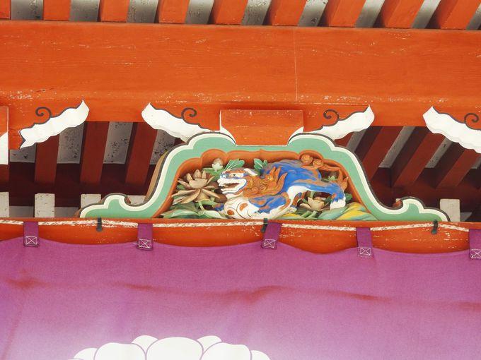 大講堂のダイナミックな彫り物!