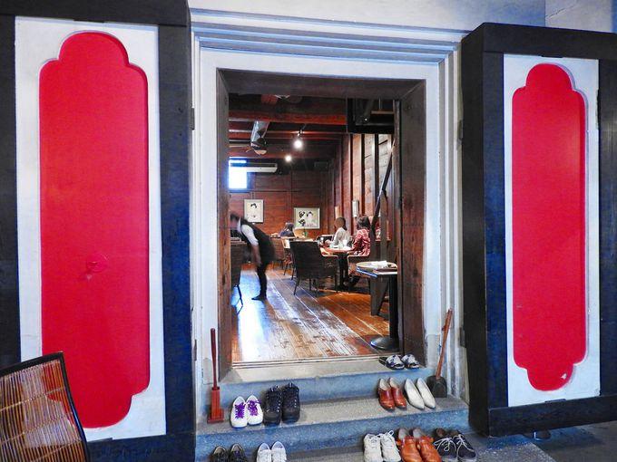 カフェは2階建て蔵の中!