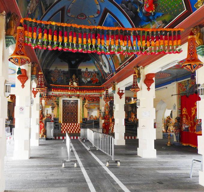 極彩色がまぶしいヒンズー教寺院「スリ・マリアマン寺院」
