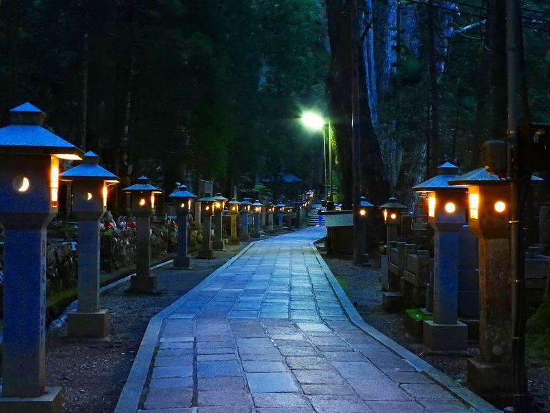高野山「奥之院」は神聖な霊域!弘法大師御廟へ燈籠が続く参詣道 ...