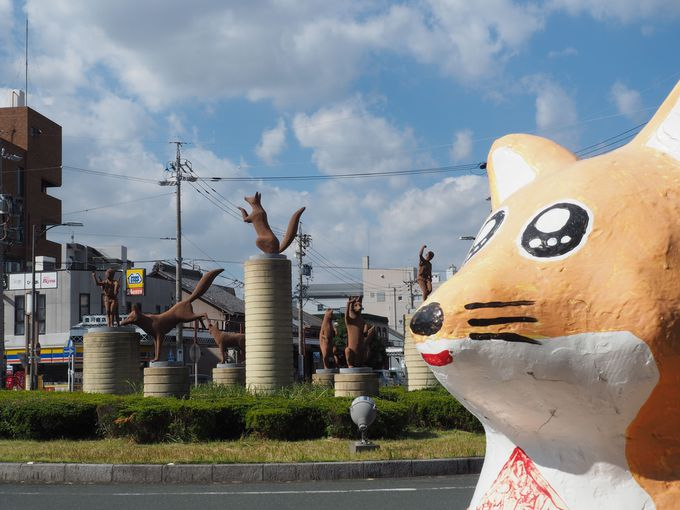 豊川稲荷駅前、きつねがお出迎え