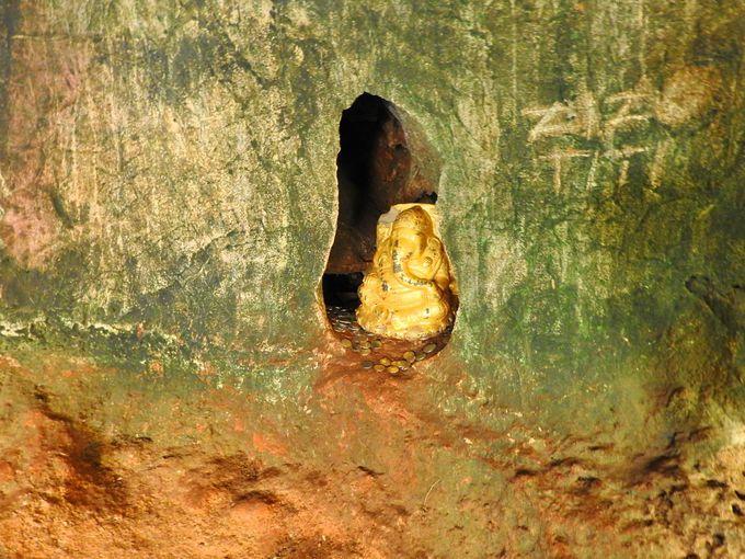 船着場近くの浸食された岩穴を歩こう