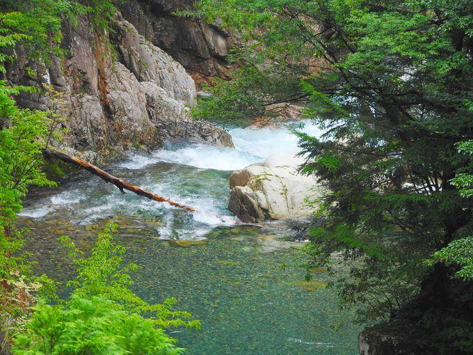 薄い布を引くシルクの滝