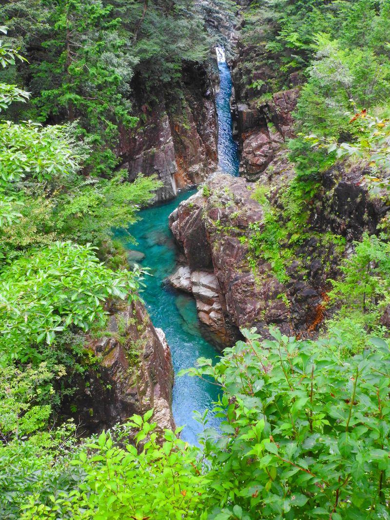 岐阜県関市の川浦渓谷を散策!紺碧の水、シルクの滝、奇岩も!