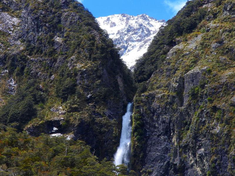 ミストあふれる豪快な滝も!NZアーサーズパス村からの小散策