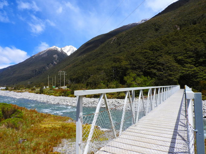 橋を二つ渡り山へ山側へ