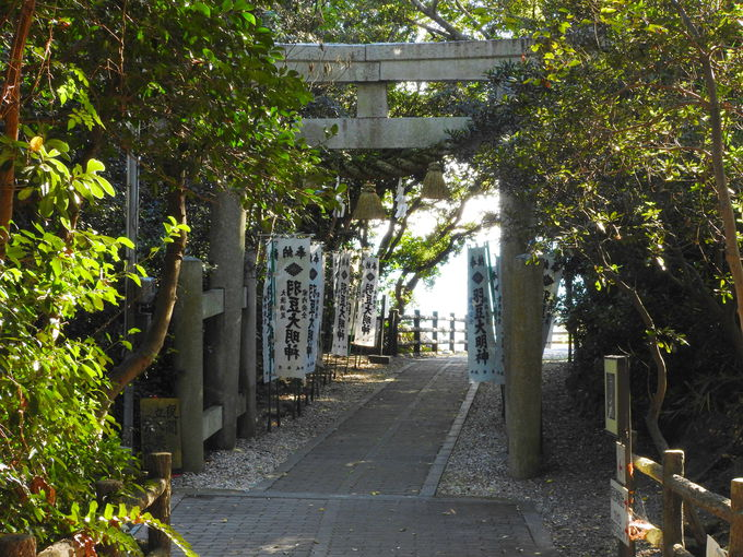 歴史ロマン溢れる羽豆神社の海を眺める鳥居