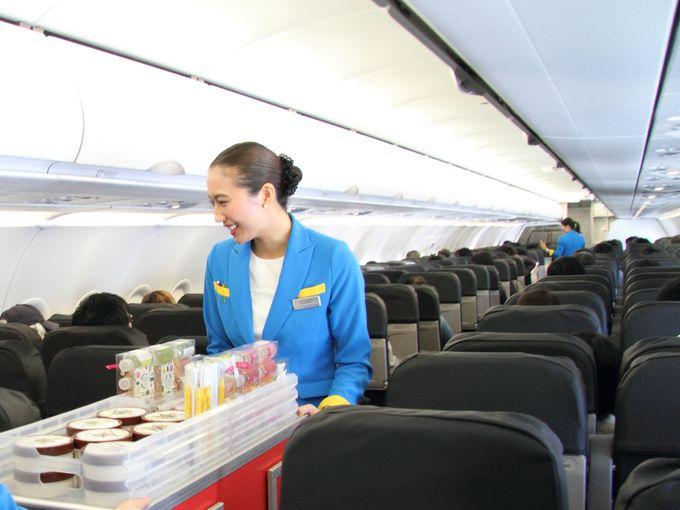 旅の高揚感が漂うフレンドリーなスタッフによる機内販売!